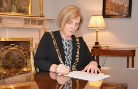 Criona Ni Dalaigh, Lord Mayor of Dublin, signs the statement.