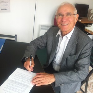 Paul Quiles, Mayor of Cordes-sur-Ciel andd former France Defence Minister, signing the statement